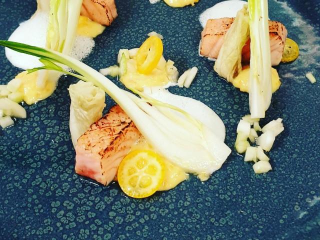 L'Aubépine Saumon Label Rouge en gravelax, imprimé aux algues, condiment Kumquats et écume Wasabi